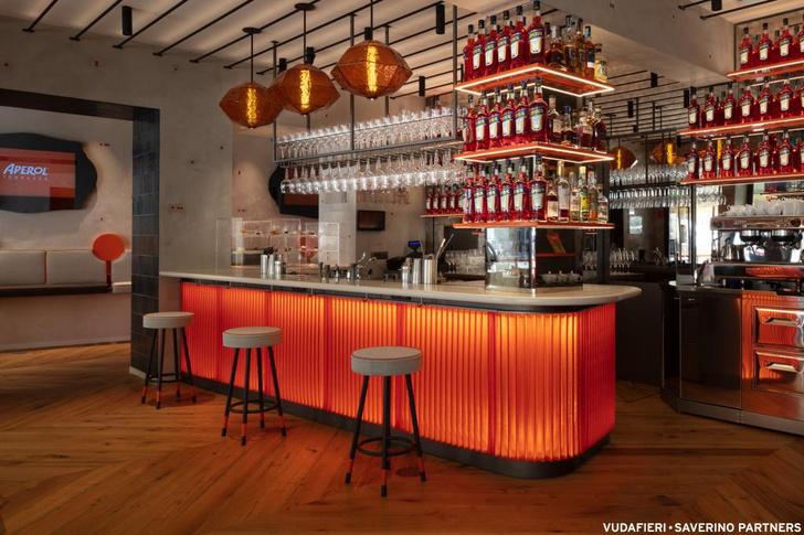 Фото №1 - Новый бар Aperol в Венеции по проекту Vudafieri-Saverino Partners