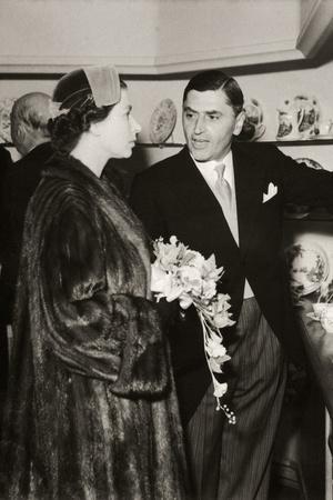 Фото №15 - От свадебных платьев до роскошных мехов: какие образы Виндзоров повторили в сериале «Корона»
