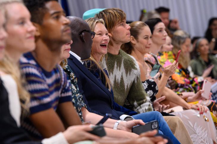 Фото №5 - Дочь Кейт Мосс вышла на подиум без бровей: реакцию звездной мамы сняли фотографы