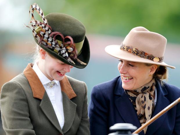 Фото №1 - Мамин гардероб: как леди Луиза и графиня Софи обмениваются одеждой