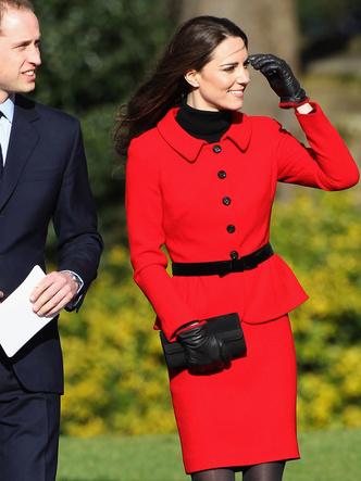 Фото №13 - До свадьбы и стилиста: какими были официальные выходы Кейт в статусе подруги принца