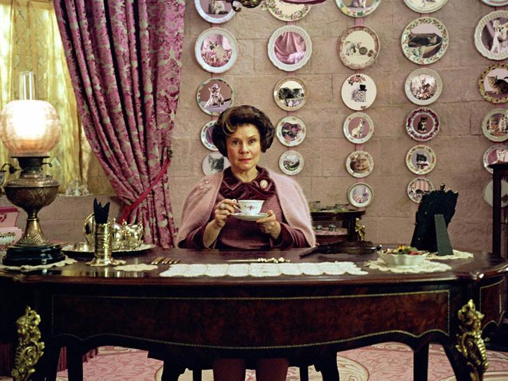 Фото №2 - Похожа или нет? Первое фото новой «Елизаветы» из последних сезонов сериала «Корона»