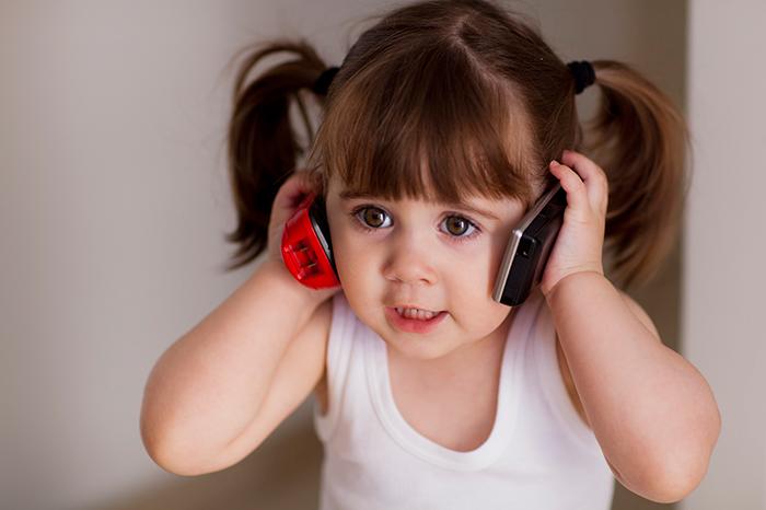 Фото №1 - Зачем мы на самом деле покупаем ребенку мобильный телефон?