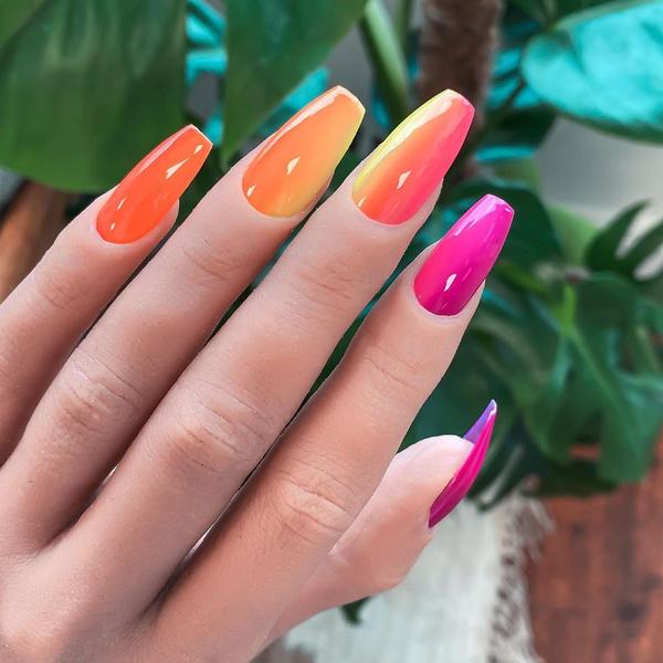 Фото №1 - Неоновый маникюр: 8 самых крутых дизайнов для длинных ногтей