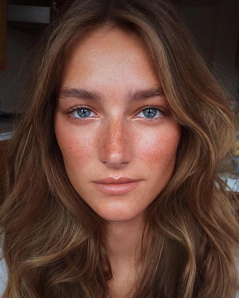 Фото №1 - Окрашивание со светлыми прядями у лица— горячий тренд этого лета, который подходит абсолютно всем