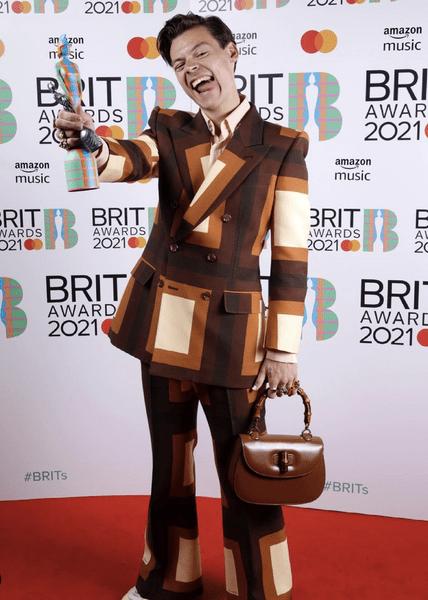 Фото №2 - Гарри Стайлс, Дуа Липа, Тейлор Свифт— лучшие образы с премии Brit Awards 2021