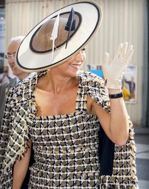 Фото №2 - Непреходящая классика: нидерландская королева показывает, в чем открывать театральный сезон