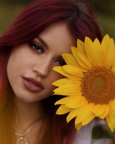 Фото №2 - Блестящий акцент в уголке глаза: стильный тренд в макияже от Оли Шелби