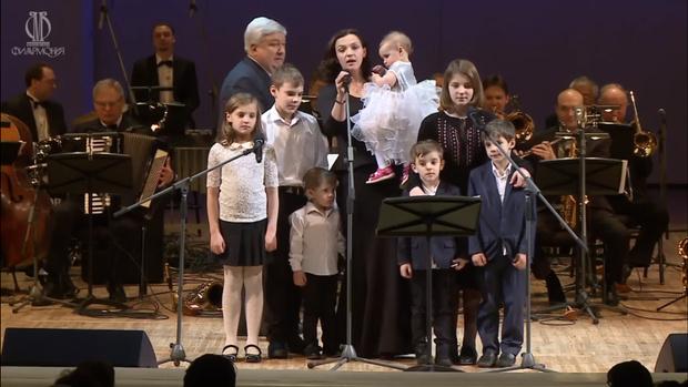 Фото №1 - «Будь моим тылом, покоем»: бывшая жена Евгения Цыганова в отчаянии ищет няню для семерых детей
