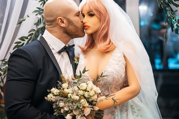 Фото №1 - Женатый на кукле бодибилдер теперь хочет отношений с живыми женщинами