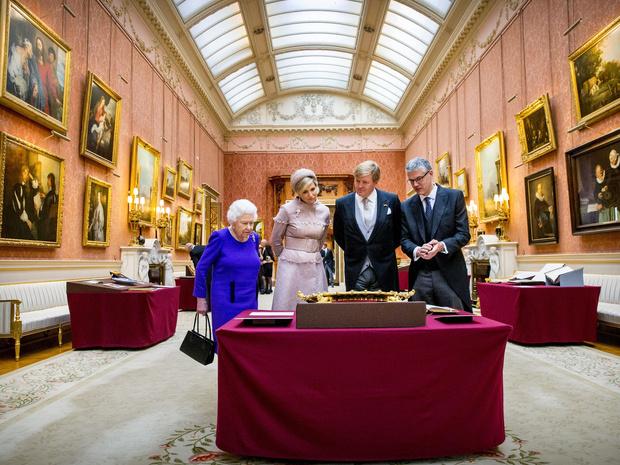 Фото №4 - От банкетов до бумаги: когда и куда Королева тратит свое состояние